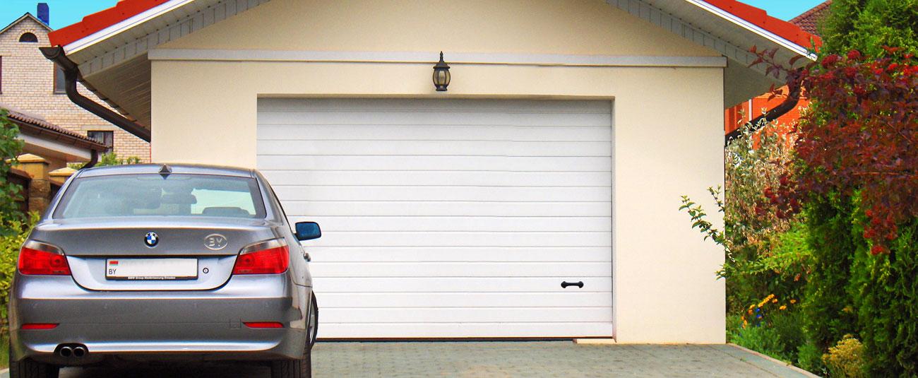 секционные гаражные ворота с машиной